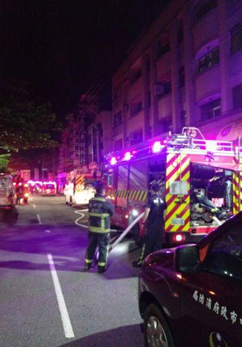 台中市清水區民宅今天凌晨火警,夫妻死亡,3名小孩急救。記者游振昇/翻攝
