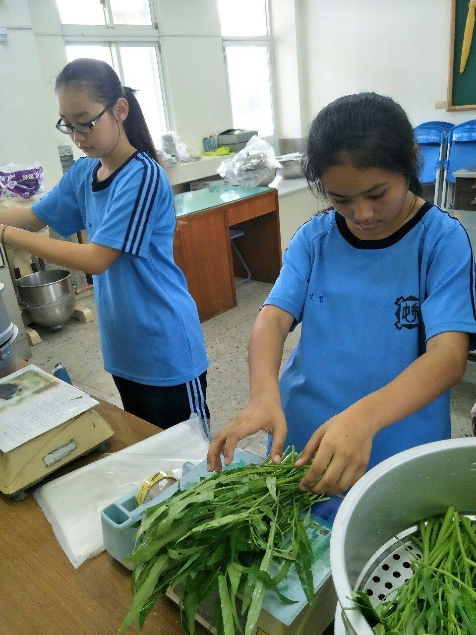 學生們洗菜包裝。記者謝恩得/翻攝