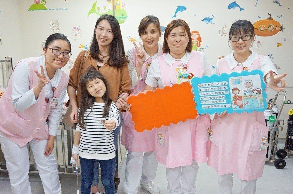 病童媽媽與小朋友覺得這樣的治療方式很貼心。圖/醫院提供