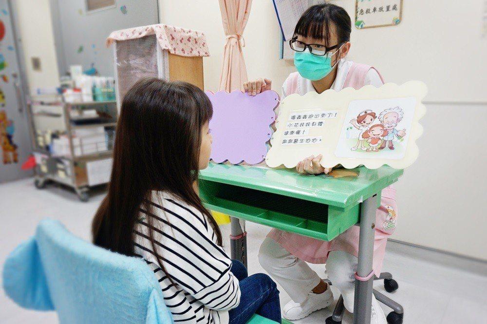 為緩解病童害怕心態,護理師自製繪本,將治療過程改編成故事給病童聽。圖/醫院提供