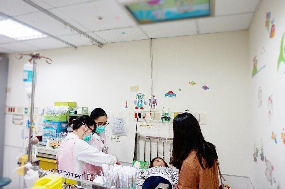 兒童病房護理師想到把電視安裝在天花板,轉移病童注意力。圖/醫院提供