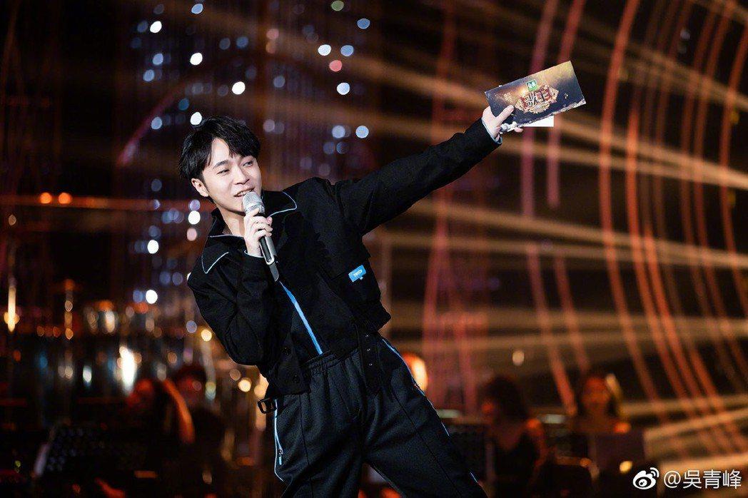 吳青峰在「歌手2019」中兼任參賽者、主持2項任務。圖/摘自微博