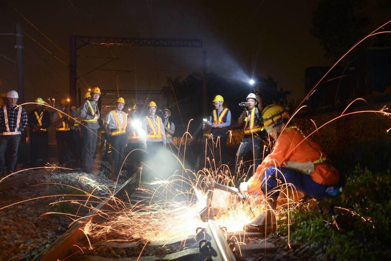 台鐵成功追分線雙軌化工程,昨晚完成南線軌道切換作業。圖/台鐵提供