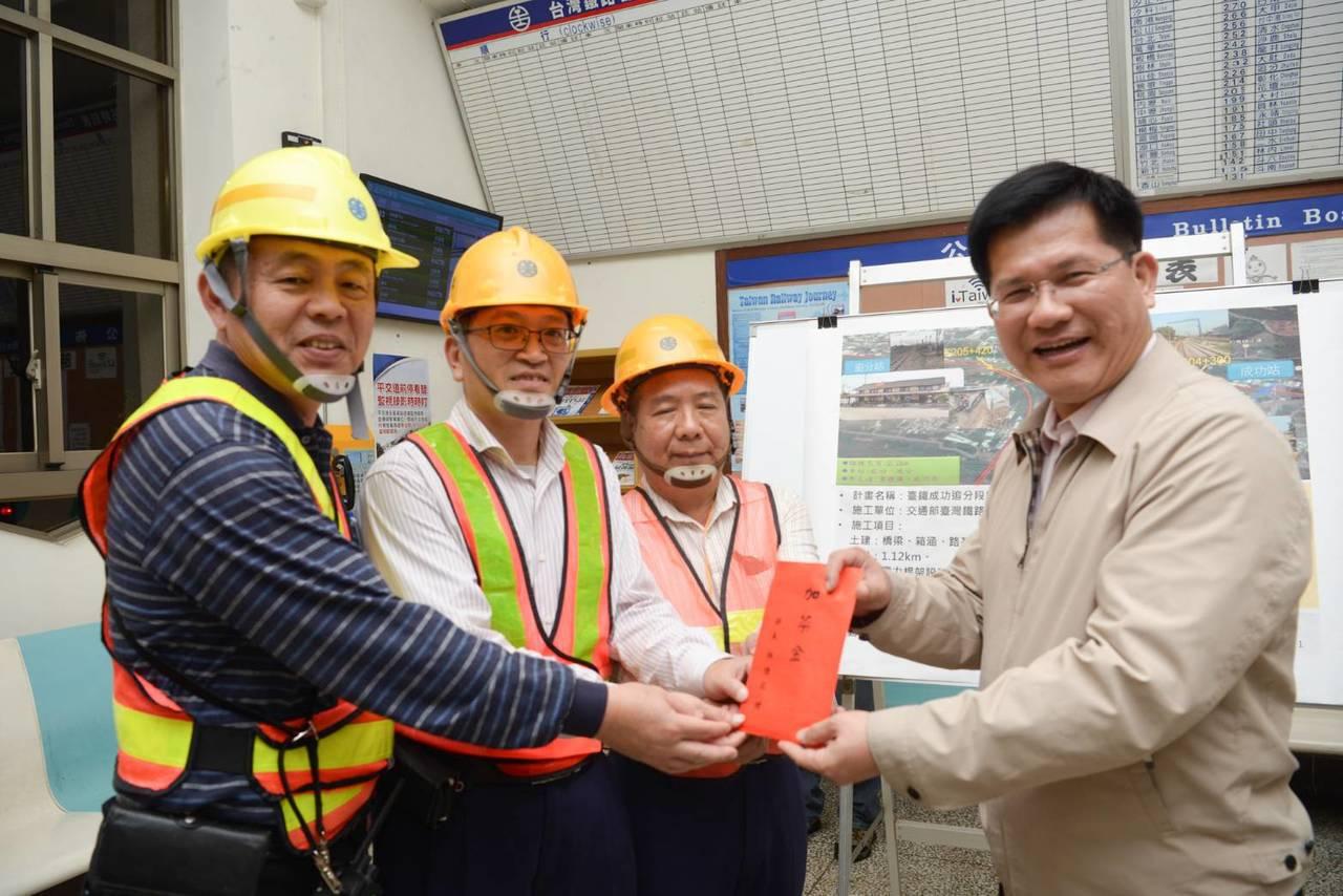 交通部長林佳龍昨晚視察台鐵成功追分段鐵路雙軌化新建工程,發「加菜金」給現場人員。...