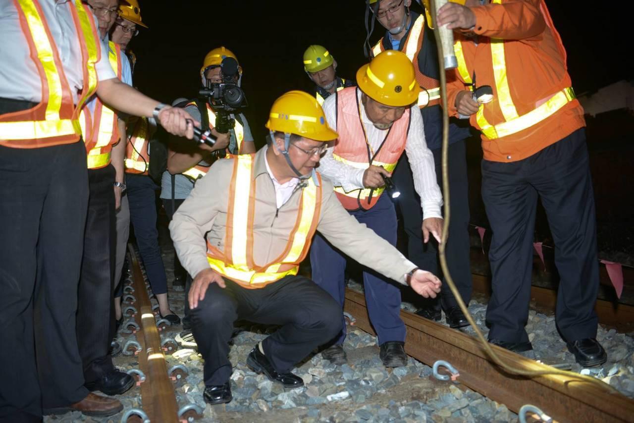交通部長林佳龍(中)昨晚視察台鐵成功追分段鐵路雙軌化新建工程。圖/台鐵提供