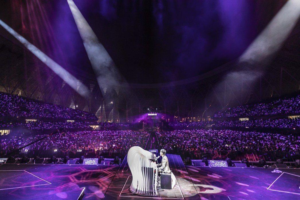 林俊傑在台上自彈自唱,深情模樣融化眾人。圖/JFJ Productions提供