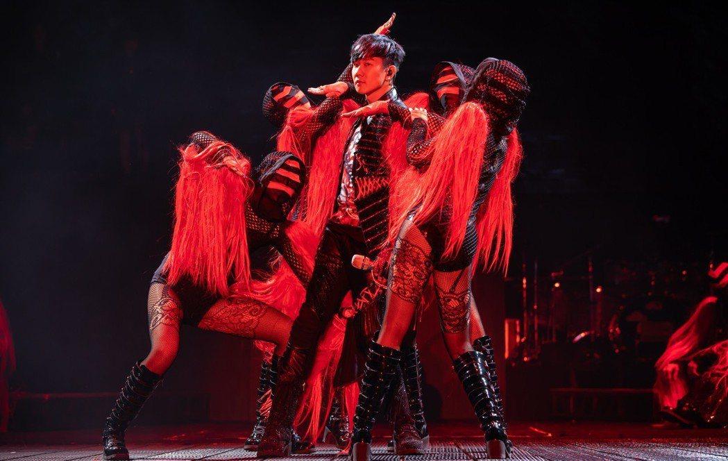 林俊傑(中)與舞者激情尬舞。圖/JFJ Productions提供
