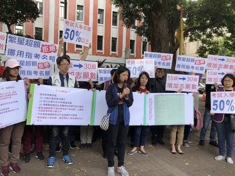 教團抗議,北一女教師蔡永強(後左二)代表北一女學生發言。記者何定照/攝影