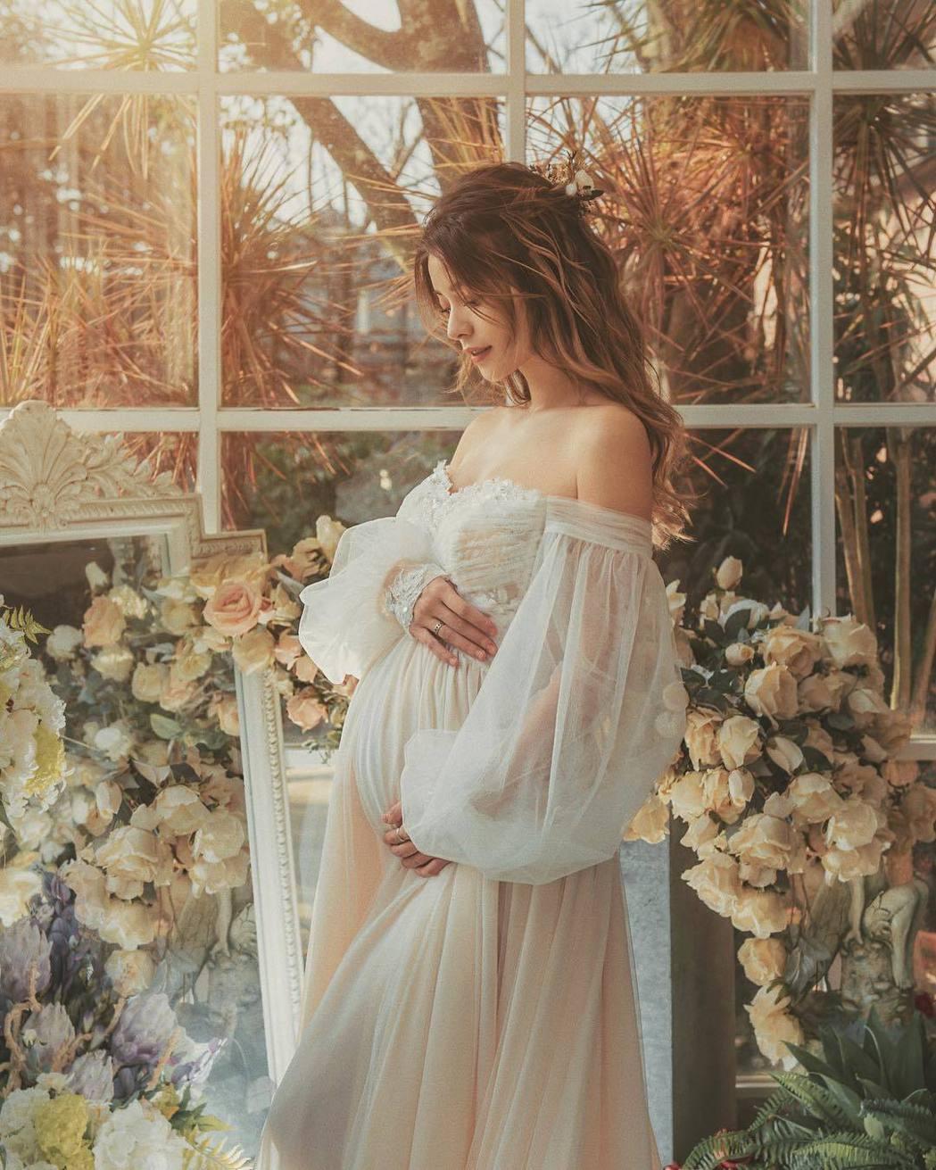 林珈安拍攝唯美的孕婦寫真。圖/摘自IG