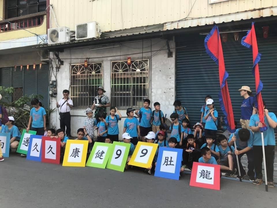 龍肚國小99周年校慶,學童上街宣傳明年是百年校慶。圖/家長提供