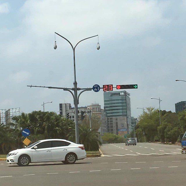 新竹市公道五路上有一盞路燈被民眾發現兩側燈具掉下來,變成「吊燈」。圖/翻攝自《新...