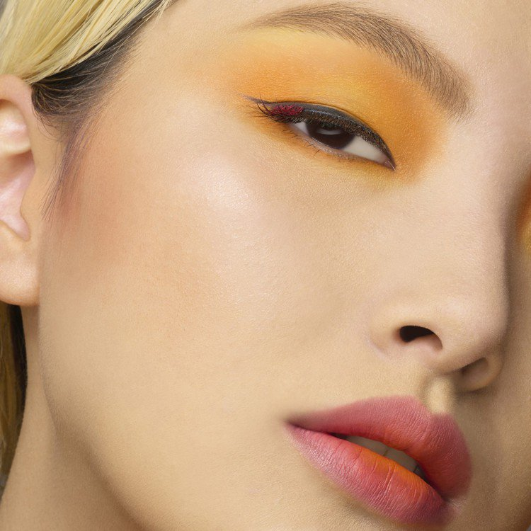 找出臉上最禿得點,再以畫圓方式推開,就能呈現完美的「焦糖橘」妝感。圖/植村秀提供