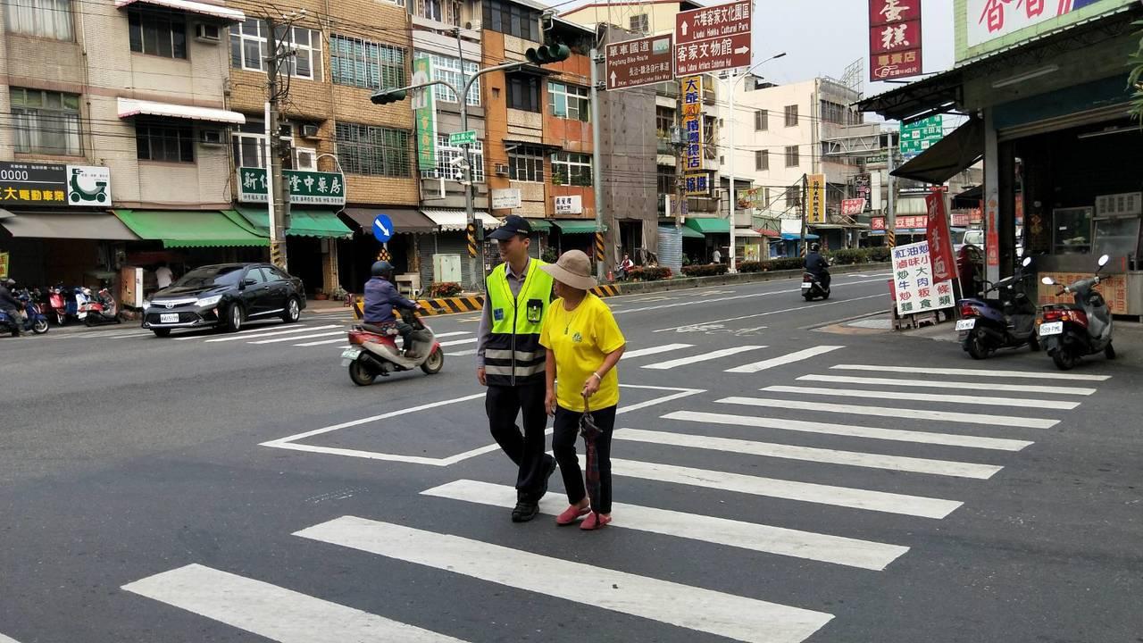 屏東分局加強宣導,希望提高高齡者對交通規則的認知,以降低高齡者交通事故。 圖/警...