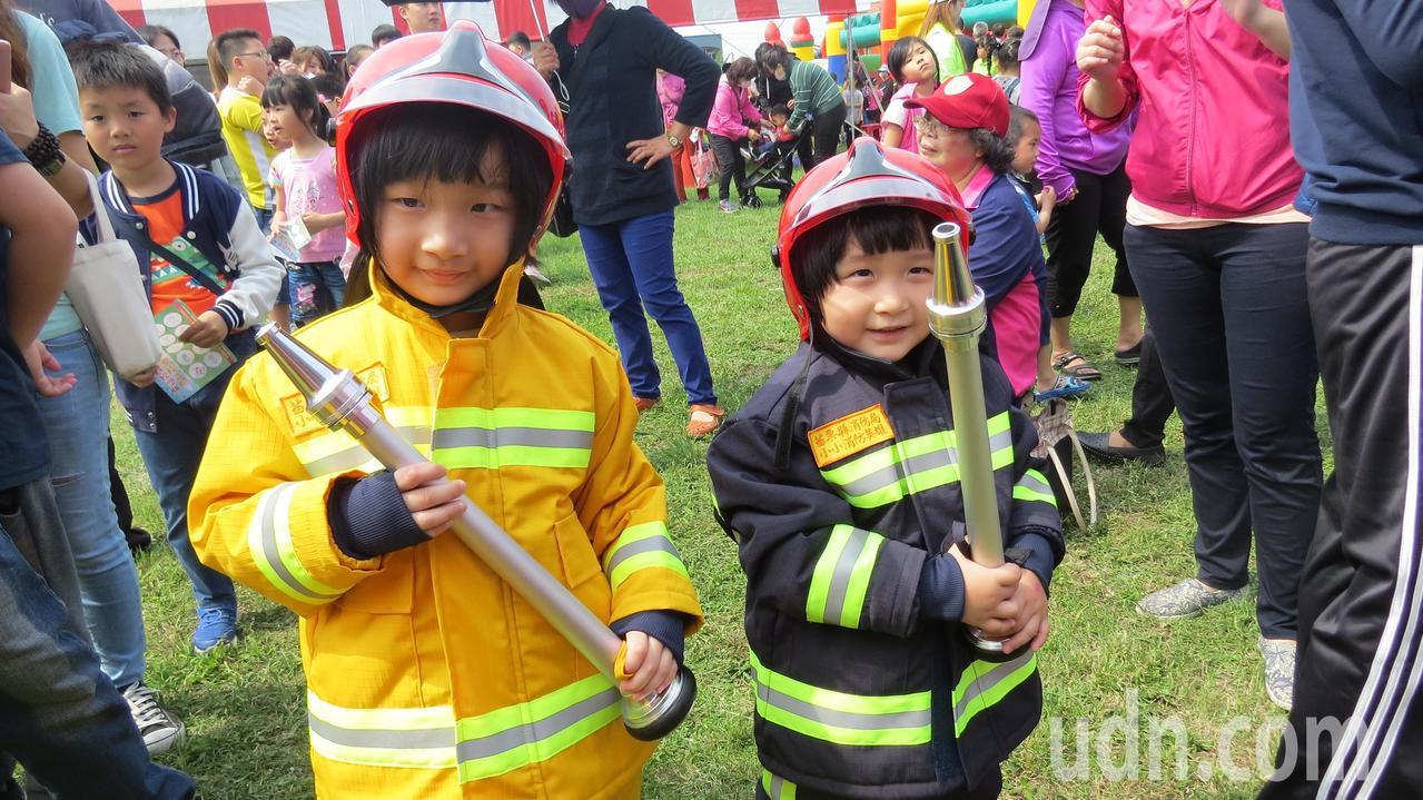 苗栗縣苑裡鎮慶祝兒童樂今天辦活動,兒童體驗穿消防防火衣,個個有模有樣。記者范榮達...