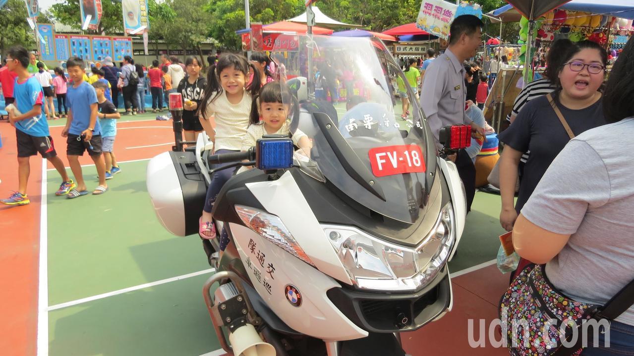 苗栗縣苑裡鎮慶祝兒童樂今天辦活動,兒童體驗騎上警用機車。記者范榮達/攝影