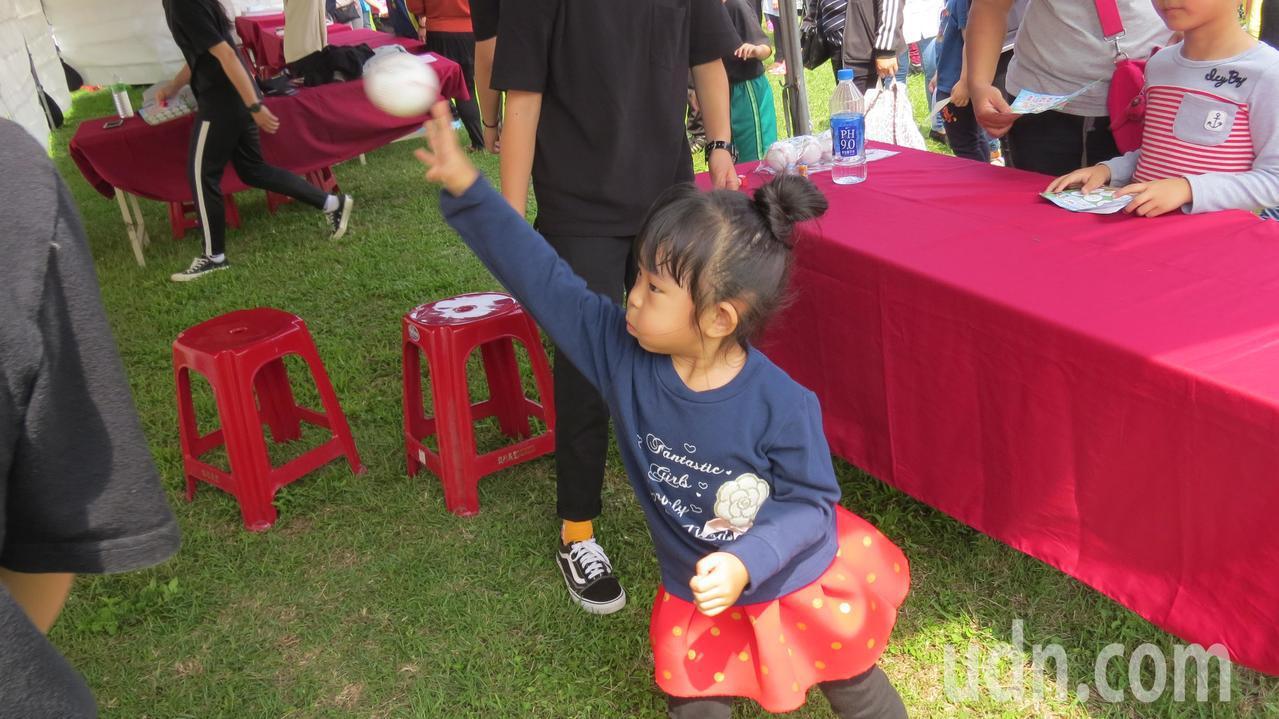 苗栗縣苑裡鎮慶祝兒童樂今天辦活動,兒童賣力擲球闖關。記者范榮達/攝影