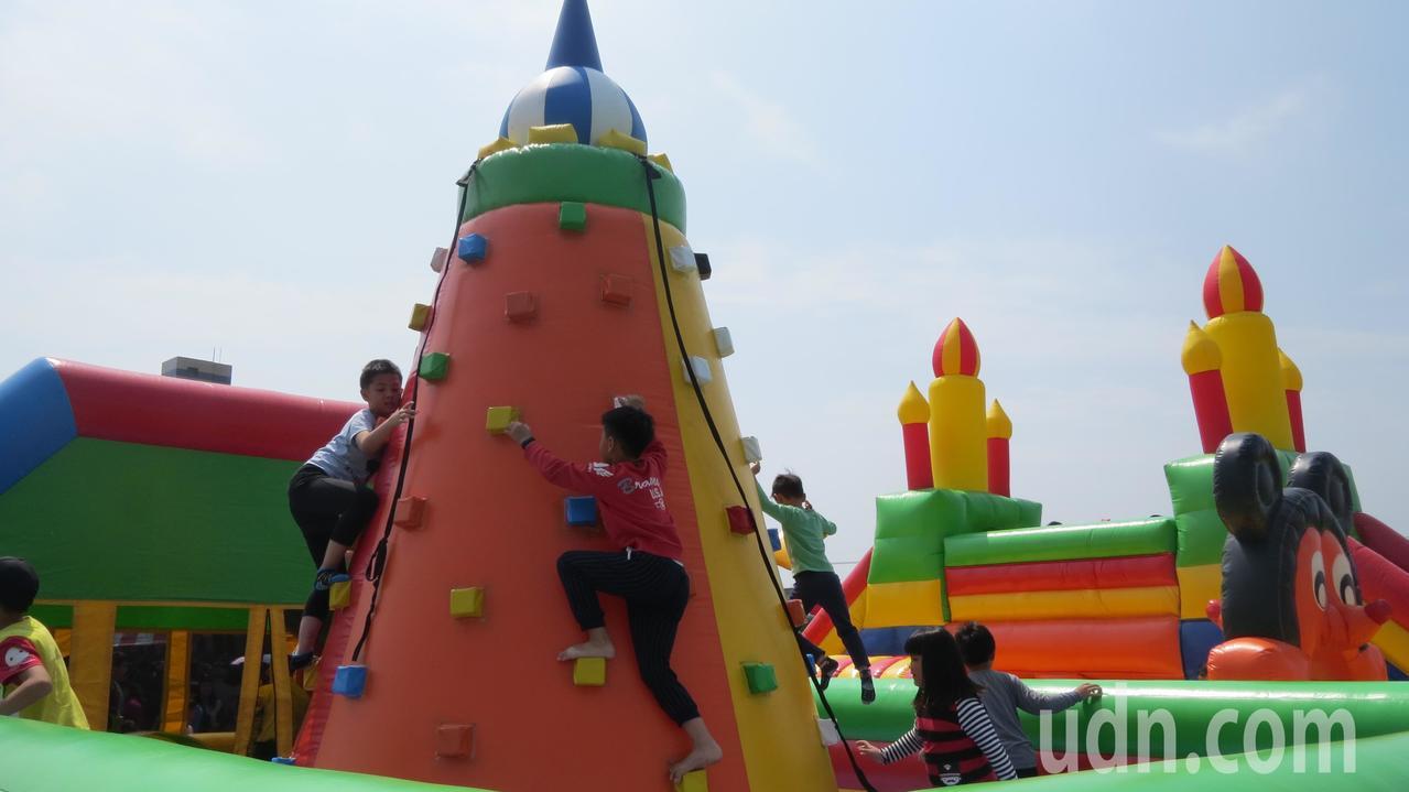 苗栗縣苑裡鎮慶祝兒童樂今天辦活動,體育場變身遊樂區,歡笑聲此起彼落。記者范榮達/...