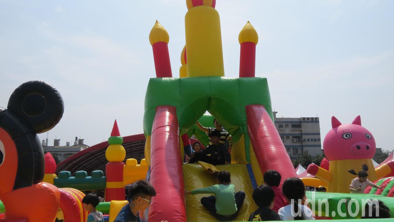苗栗縣苑裡鎮慶祝兒童樂今天辦活動,鎮立體育場變身遊樂區,歡笑聲此起彼落。記者范榮...