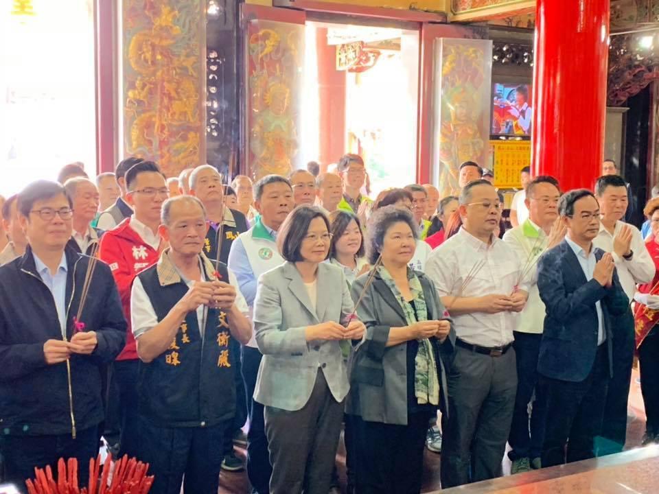 總統府秘書長陳菊陪同蔡英文總統到高雄哈瑪星代天宮參拜。圖/取自陳菊臉書
