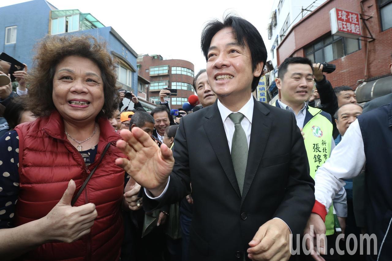 行政院前院長賴清德(右)下午回到故鄉萬里,舉辦新書簽名活動,受到鄉親熱烈的歡迎。...