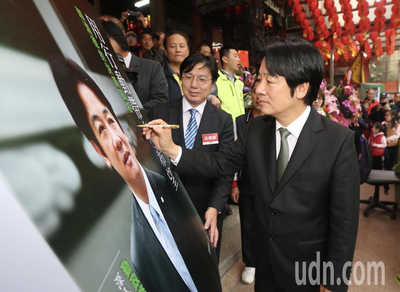 行政院前院長賴清德(右)下午回到故鄉萬里,舉辦新書簽名活動。記者許正宏/攝影
