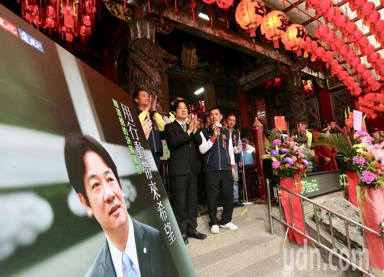 行政院前院長賴清德(中)下午回到故鄉萬里,舉辦新書簽名活動,受到鄉親熱烈的歡迎。...