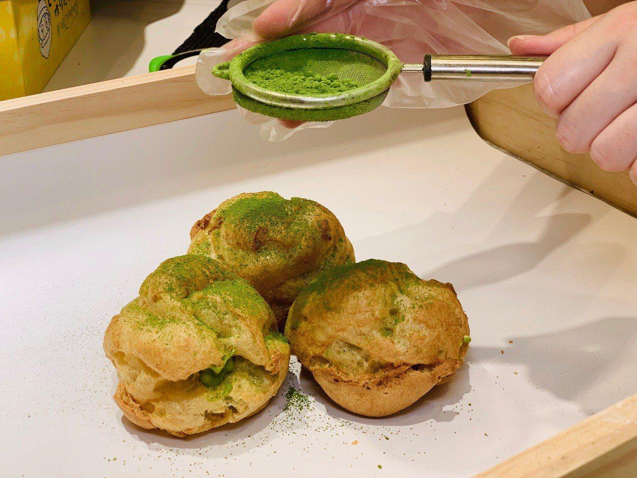經典日式泡芙再撒上抹茶粉。記者張芳瑜/攝影