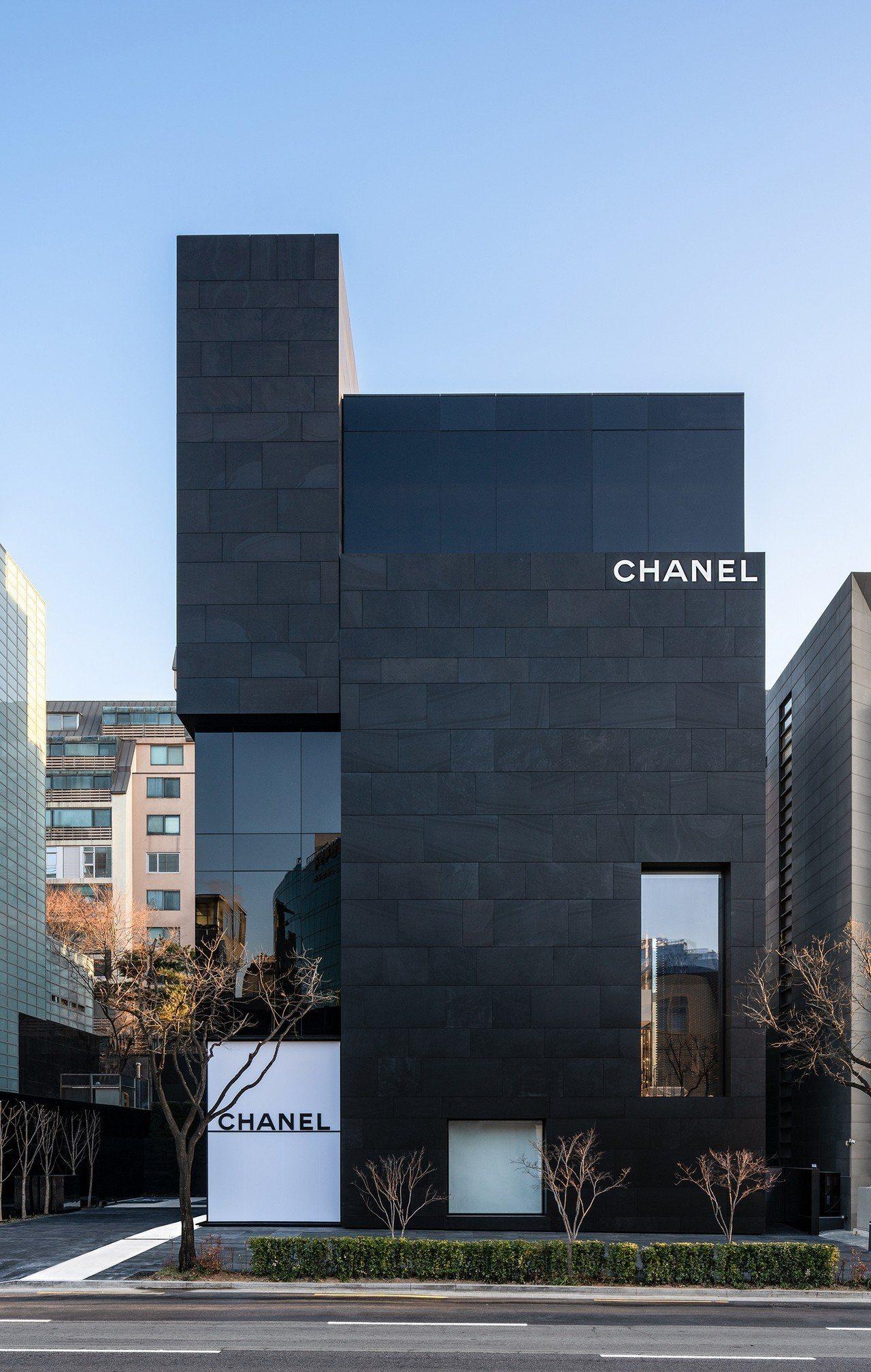 新開幕的江南區狎鷗亭羅德奧街店,是香奈兒首爾首家旗艦店,寬敞的7層建築擁有俐落極...