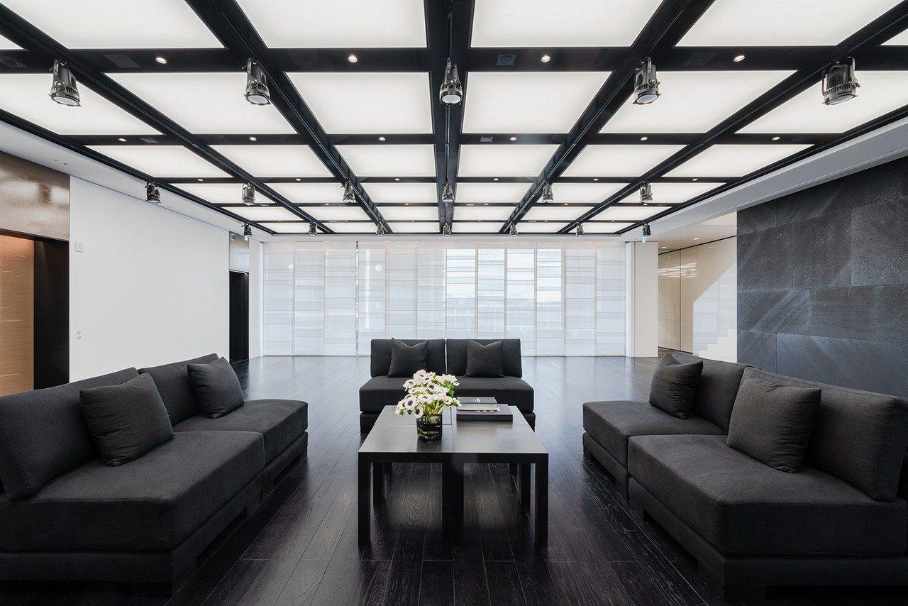 所有樓層都可見到石材創作,採用黑色,白色與象牙色的單色調,融入品牌的中心框架,呼...