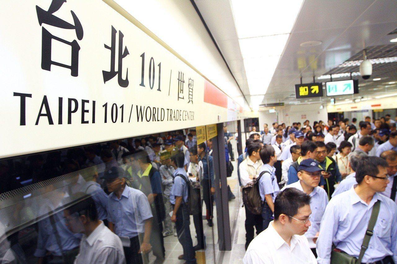 台北捷運運量將破百億,第99.9億人次出現在台北101/世貿站。 記者林伯東/攝...