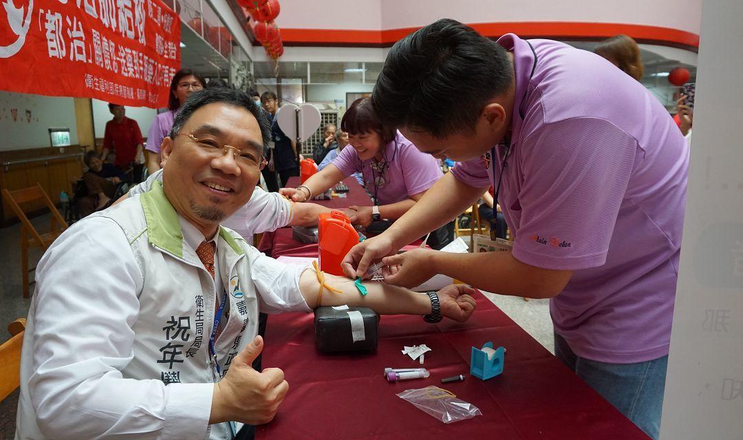 嘉義縣衛生局和局長祝年豐(左)宣導防治結核病。記者謝恩得/翻攝