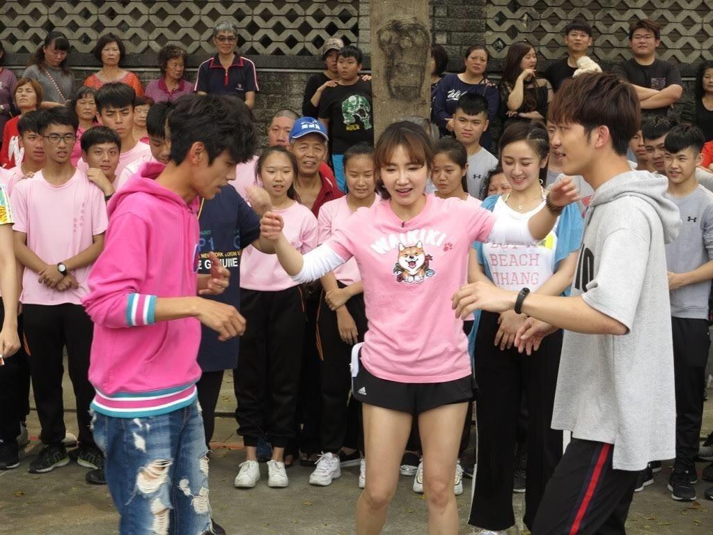 阿翔和謝忻跳三角舞。圖/民視提供
