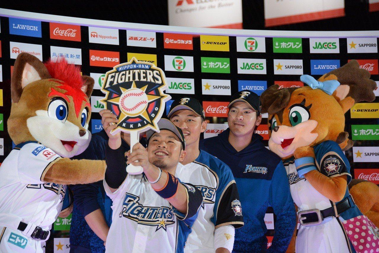 日本火腿隊投手有原航平(右)雖在澤村賞候選名單之一,但考量完投數偏低,最終無緣獲...