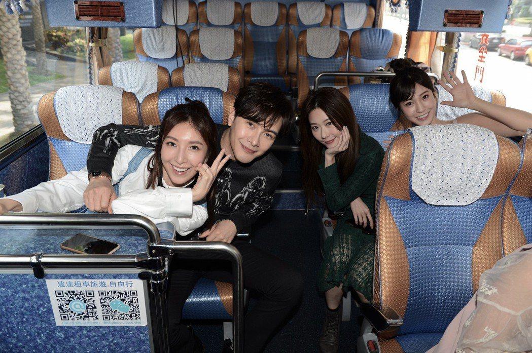 楊謹華(左起)、謝佳見、張景嵐、陳敬宣為「我是顧家男」宣傳,搭大巴士北中跑,感覺...