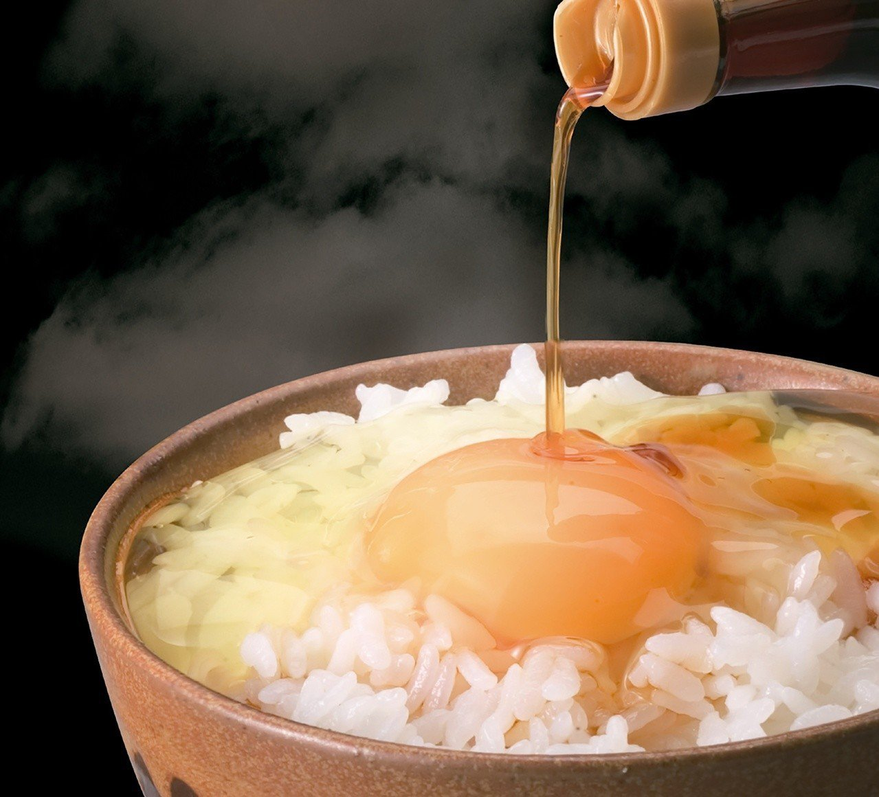 在白飯上打一個生雞蛋,淋上特製醬油拌吃就是道地的日式早餐。圖/業者提供
