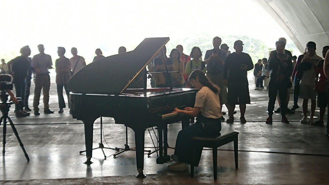 衛武營文藝中心在人來人往的榕樹廣場設置公共鋼琴,有行經民眾「技癢」露一手琴技,獲...