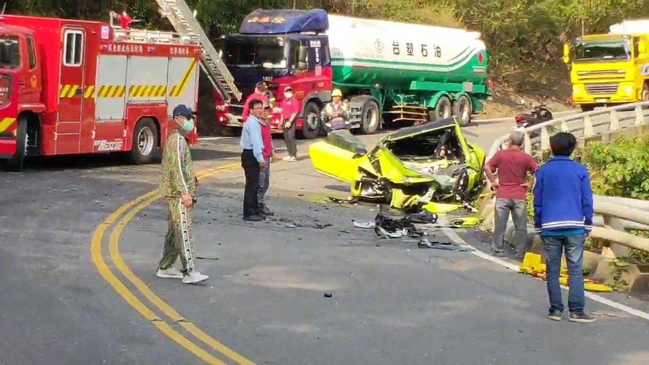 南迴公路今早發生車禍,一輛藍寶堅尼當場撞得面目全非。記者翁禎霞/翻攝