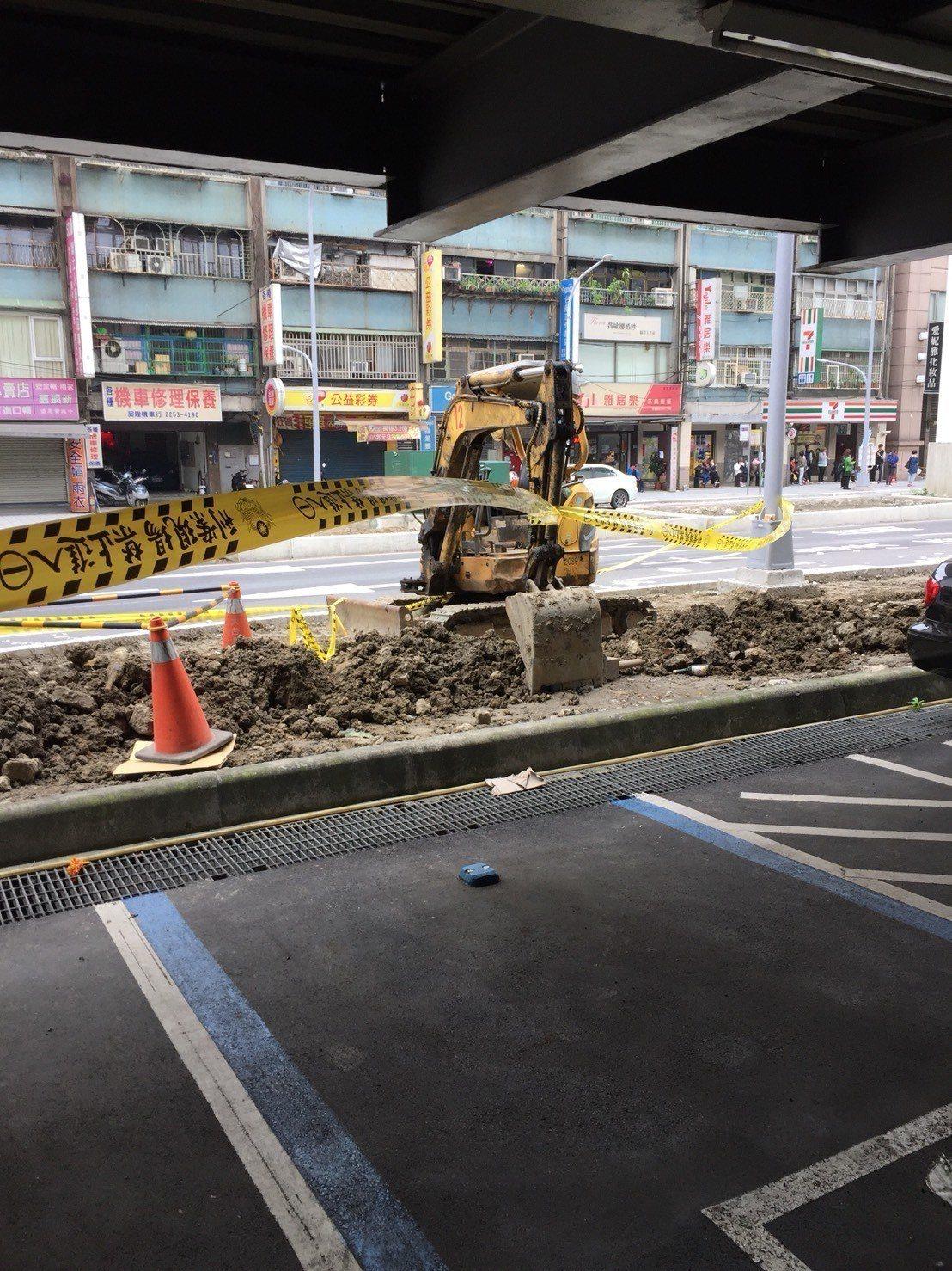 今天中午12時許,新北市板橋區大漢橋下捷運工地再次挖出一枚未爆彈,長約40公分,...