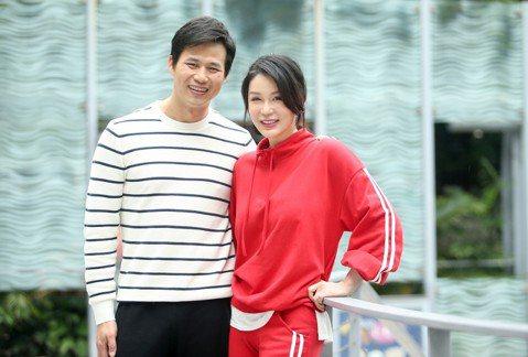 陳國華和Ivy夫妻日前接下亞洲旅遊台「嗨!LETS GO 3」主持棒,一起出國上山下海。他們婚後幾乎不曾一起出國,更遑論同台主持,兩人一開始抓不到彼此節奏,數次爭吵嘔氣,還好後面漸入佳境,感嘆獨處機...