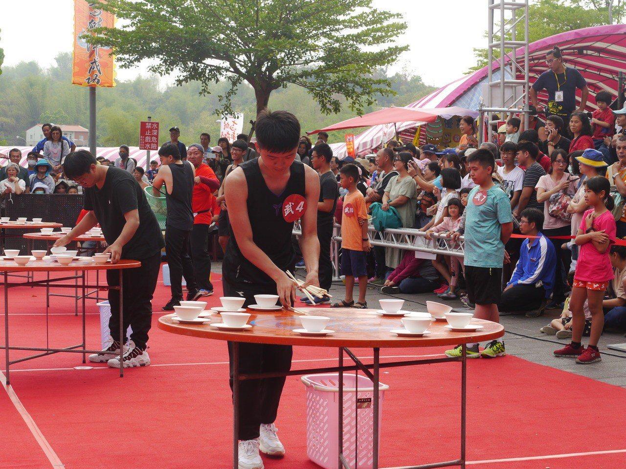 「比武招親」競賽項目之一,參賽者要比賽辦桌時的擺桌速度。記者徐白櫻/攝影