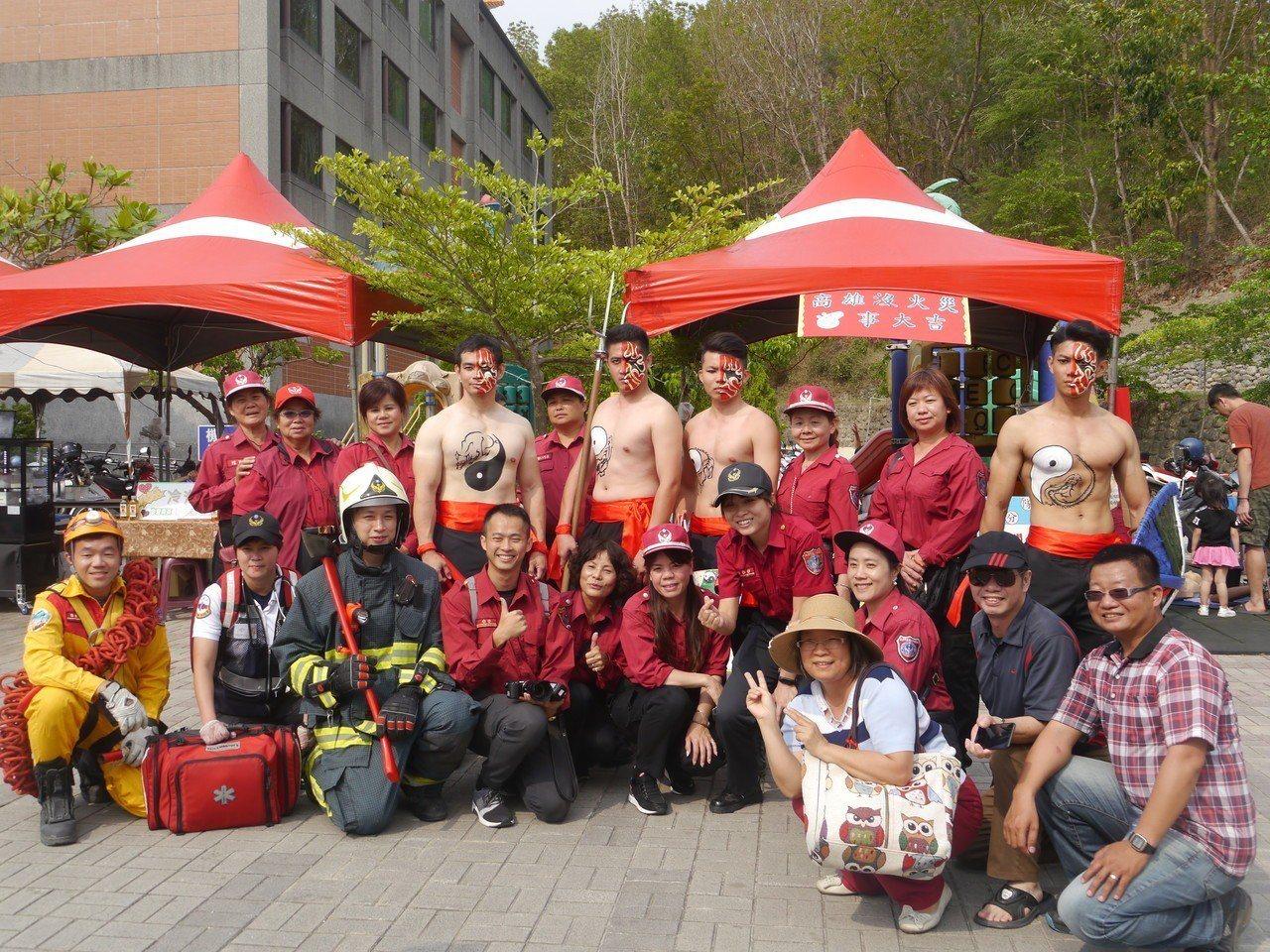 高市消防宣導人員造型搶眼,與現場遊客一起合影。記者徐白櫻/攝影