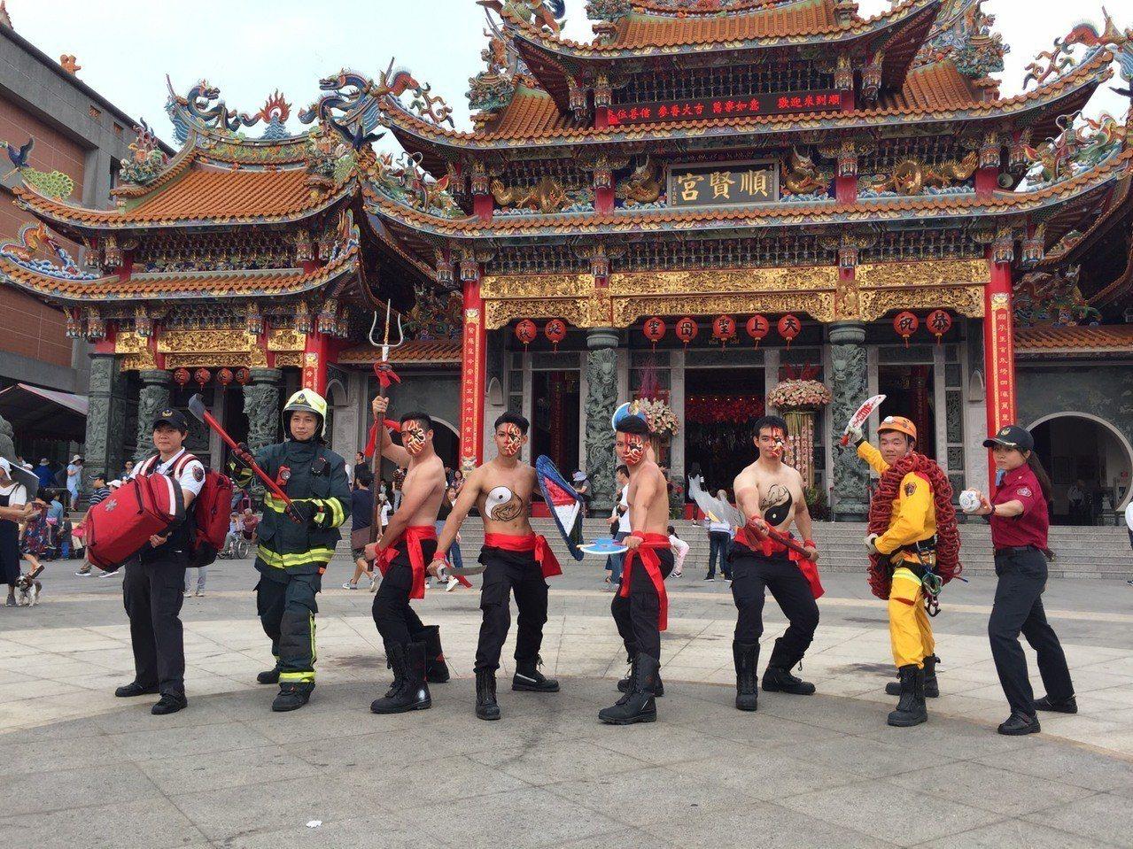 高市消防猛男化身宋江陣頭成員參加內門宋江陣活動。記者徐白櫻/翻攝