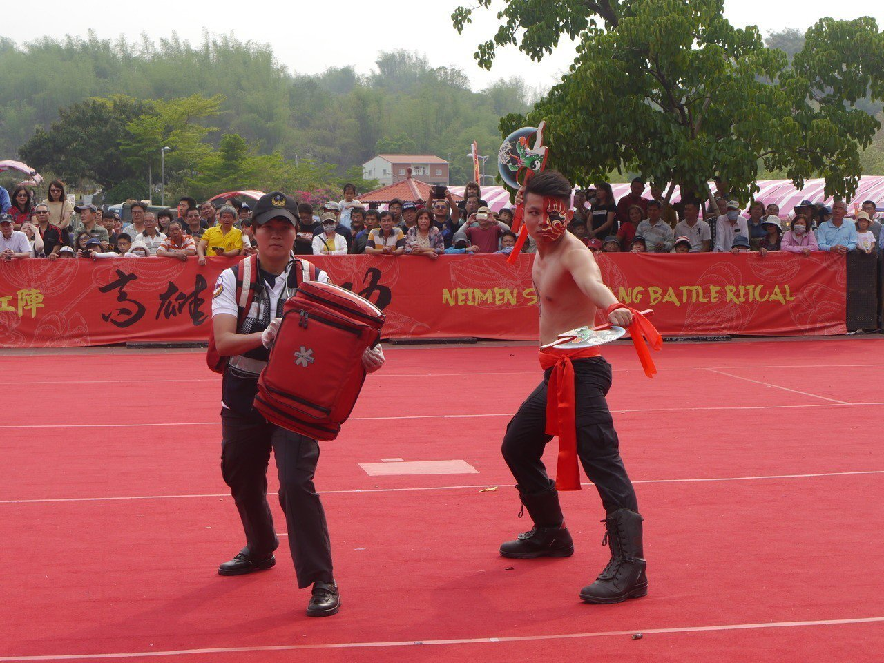 組合之一,雙斧搭配救護包。記者徐白櫻/攝影
