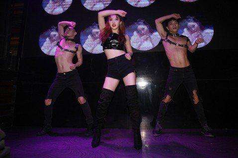 王欣晨(Amanda)首次前進Gay Bar,30日在同志夜店G Star開唱,搭配神秘網紅嘉賓「FJ234 福福賈許二三事」賈許、福福賣力唱跳,除了獻唱新歌「UTOPIA夢托邦」外,也將「Lip ...