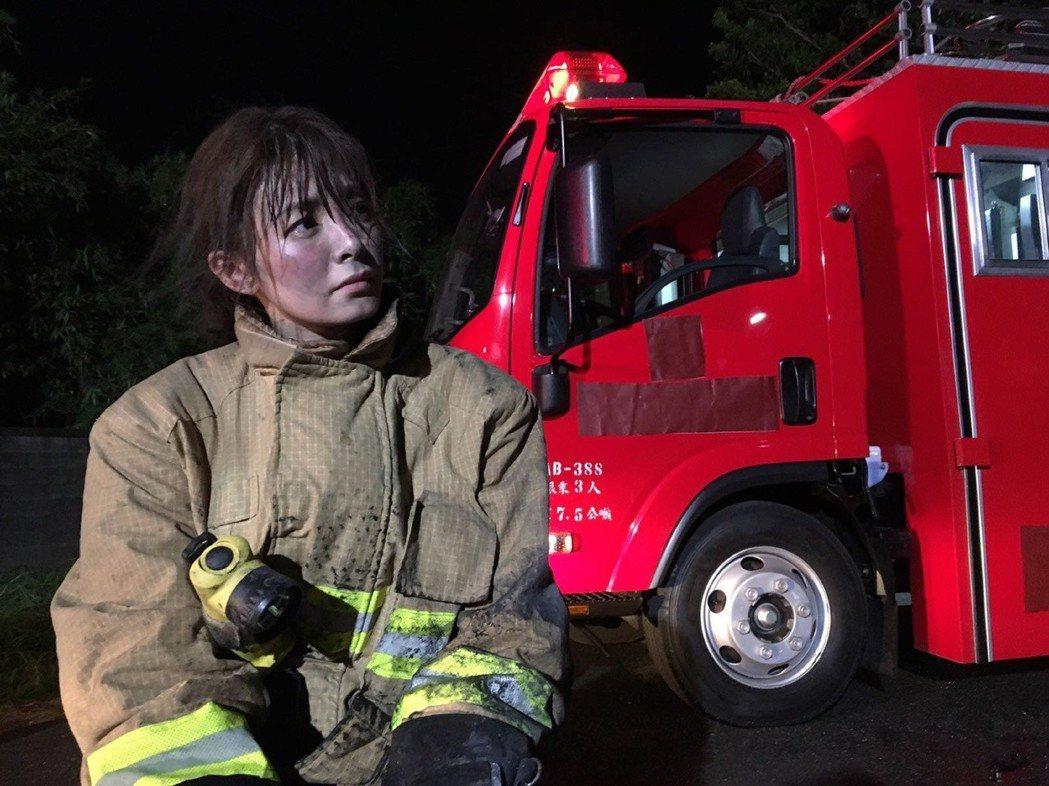夏如芝在「鑑識英雄II正義之戰」戲中飾演帥氣打火女英雄。圖/伊林提供
