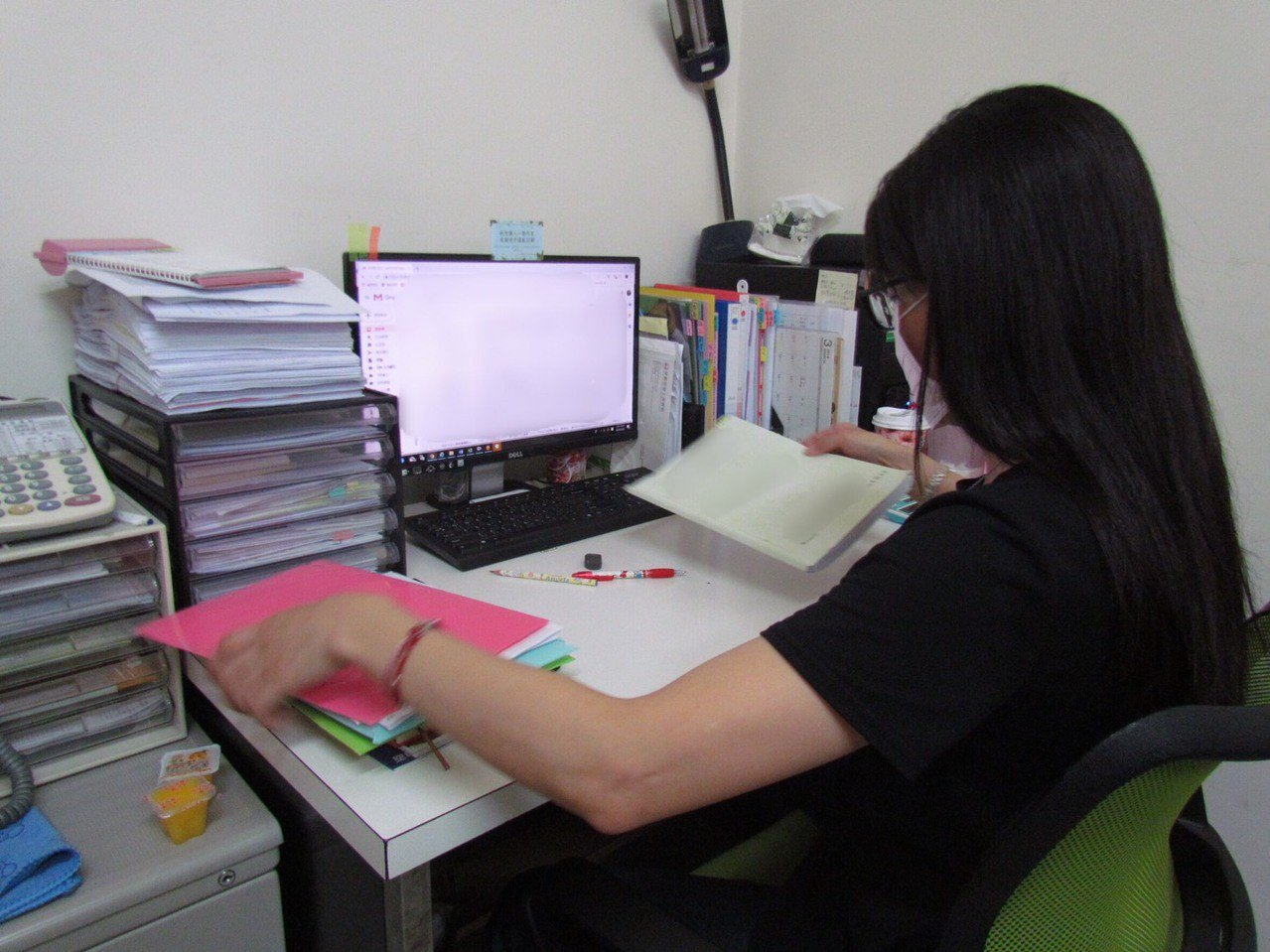 獨力撫養3名子女的單親媽媽小萍,透過勞動部覓得工時彈性的行政助理職,可好好陪伴就...