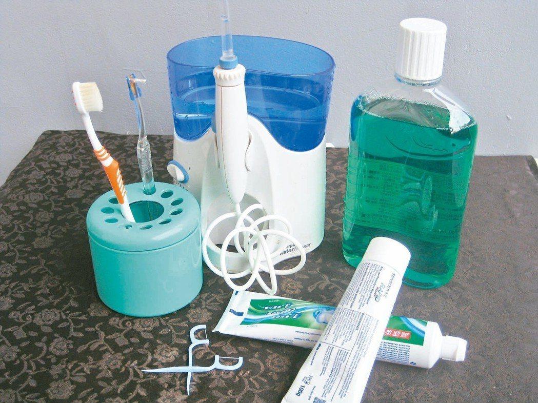 牙醫師教導正確刷牙,善用小鏡子,一顆牙都不遺漏。 圖/吳芳枝提供
