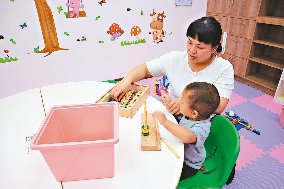不少女性請育嬰假卻怕影響考績,台中勞工局提醒企業不能限制勞工請育嬰假也不能給予不...