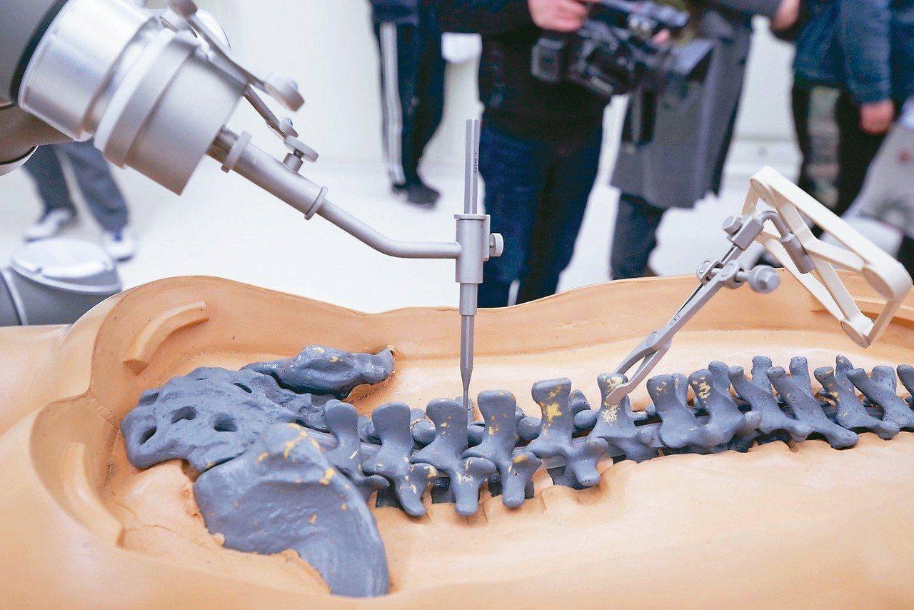 大陸積極推動AI人工智能發展,圖為北京一家醫療科技公司展示其骨科手術機器人系統。...