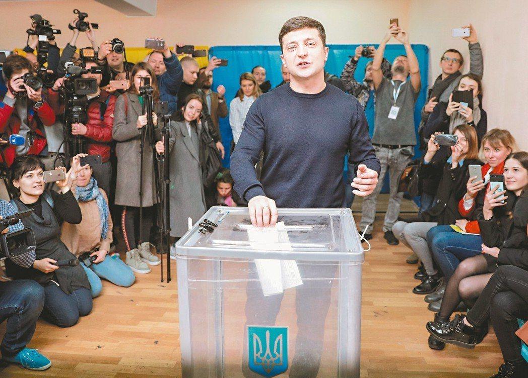 民調支持度最高的烏克蘭總統候選人澤倫斯基三月卅一日在基輔投票。 路透